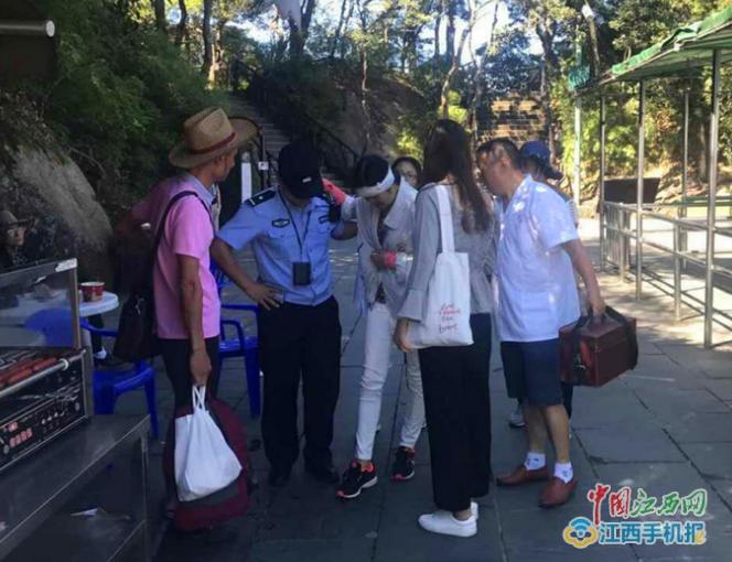 惊叹三清山巨蟒峰太壮观 一游客走路观景不慎摔伤
