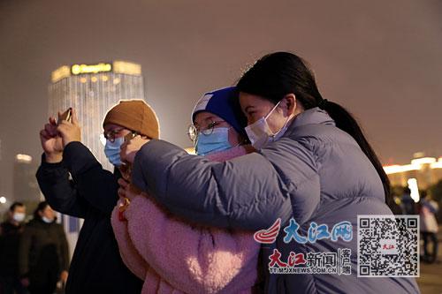 《【超越平台安卓版】南昌一江两岸灯光秀上演微电影《金牛迎春》(图)》