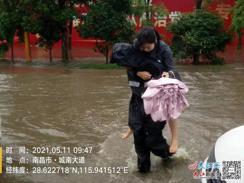 《【恒煊娱乐登录地址】江西南昌:青云谱城管执法大队闻令而动 暴雨中保畅通》